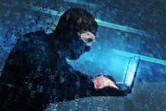 En hacker skapar bakdörrtillträde på en dator Begrepp av internetsäkerhet arkivfoto