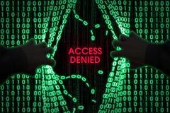En hacker skriver in datoren Royaltyfri Fotografi
