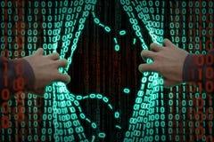 En hacker skriver in datoren Arkivbild