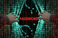 En hacker skriver in datoren Fotografering för Bildbyråer