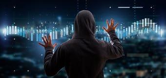 En hacker som aktiverar informati för data för affärsbörshandel Arkivbilder