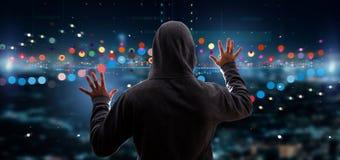 En hacker som aktiverar informati för data för affärsbörshandel Fotografering för Bildbyråer