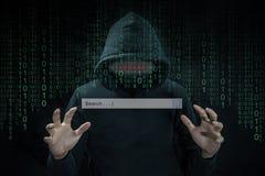 En hacker som använder adwaren för att kontrollera sökandemotorn arkivbilder