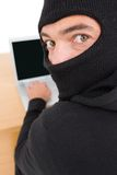 En hacker som använder bärbara datorn för att stjäla identitet arkivbilder