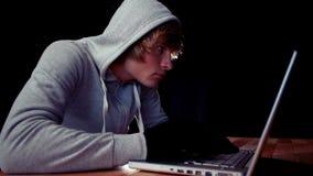 En hacker som använder bärbara datorn för att stjäla identitet arkivfilmer