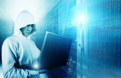 En hacker som använder bärbara datorn för att stjäla identitet mot abstrakt glödande svart bakgrund arkivbild