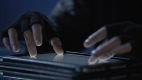 En hacker som använder minnestavlaPC för att hacka bankkonto och stjäla pengar, finansiellt brott stock video