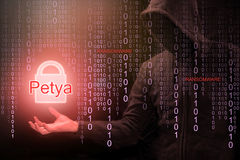 En hacker som använder Petya ransomware för cyberattack arkivbild