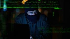 En hacker som anv?nder en b?rbar dator stock video