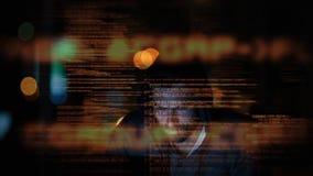 En hacker som anv?nder datoren i m?rkt rum royaltyfri illustrationer