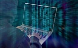 En hacker som arbetar med manöverenheten Arkivbild