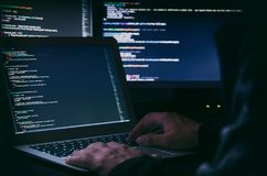 En hacker som arbetar på en kod Internetbrott Fotografering för Bildbyråer