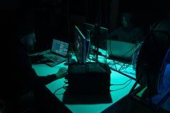 En hacker som bryter serveren genom att använda åtskilliga datorer och infekterad virusransomware Cybercrime teknologi, phishing  fotografering för bildbyråer