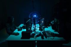En hacker som bryter serveren genom att använda åtskilliga datorer och infekterad virusransomware Cybercrime teknologi, phishing  royaltyfri fotografi