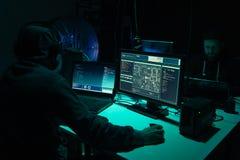 En hacker som bryter serveren genom att använda åtskilliga datorer och infekterad virusransomware Cybercrime teknologi, phishing  royaltyfria bilder