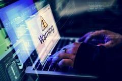 En hacker som försöker att hacka in till datornätet med varningsskärmskottet royaltyfria bilder
