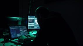 En hacker som gör cryptocurrencybedrägeri genom att använda virusprogramvara och datormanöverenheten Blockchain cyberattack, ddos arkivfilmer