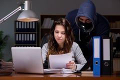 En hacker som hemifrån stjäler den personliga datoren för data Royaltyfri Fotografi