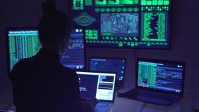 En hacker som kodifierar i cyberspace stock video