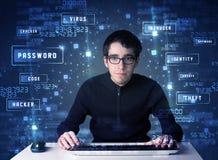 En hacker som programmerar i teknologimiljö med cybersymboler Royaltyfri Fotografi