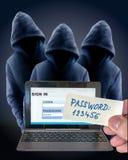 En hacker som spionerar, när användaren skriver in lösenord, och undertecknar in Royaltyfri Fotografi