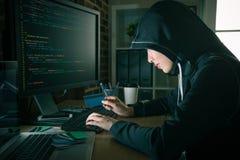 En hacker som stjäler kreditkorten för personlig identitet fotografering för bildbyråer