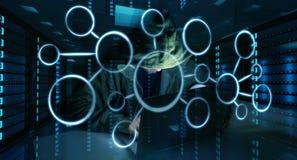 En hacker som tar fram till personlig information om data med en dator 3D Arkivbild