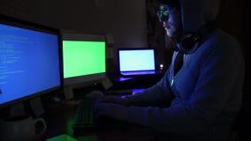 En hackerflickan arbetar på datoren stock video
