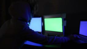 En hackerflickan arbetar på datoren arkivfilmer