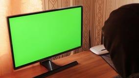 En hackerstöld som arbetar med datoren Stor video för och projekt som gäller den cyberbrottslighet och tjuven grön skärm stock video