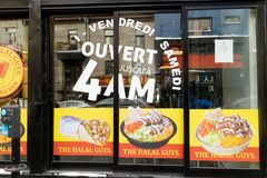 En halal snabbmatrestaurang i Montreal arkivbild