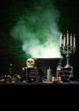 En Halloween sammansättning av stearinljus och en skalle Royaltyfri Fotografi