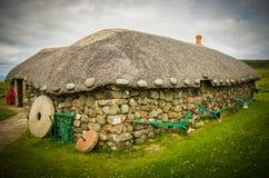 En halmtäckt stuga på Skye Museum av öliv på ön av Skye i Skottland Royaltyfri Fotografi