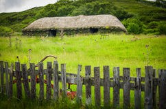 En halmtäckt taklagd stuga på ön av Skye i Skottland Royaltyfri Foto