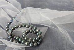 En halsband av svarta pärlor Royaltyfria Bilder