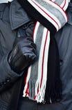 En halsduk med omslaget på en man Royaltyfri Foto
