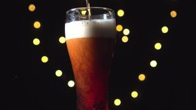 En halv liter av mörkt öl lager videofilmer