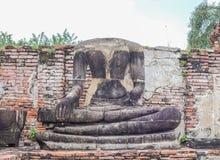 En halva av den forntida Buddhastatyn Royaltyfria Bilder