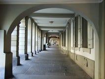 En halvcirkelformig passage i mitten av staden av Bern arkivbilder