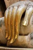 En hand av den buddha statyn Arkivfoton
