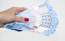 En hand för kvinna` s rymmer pappers- pengar Rysk rubel royaltyfria bilder