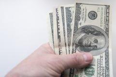 En hand håller dollar arkivfoton