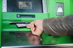 En hand med pengar arkivbild