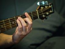 En hand på en gitarrhals Royaltyfria Foton
