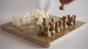 En hand som flyttar ett stycke av schackbräde 2 arkivfilmer