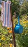 En handduk och ett bad På trädgården arkivfoto
