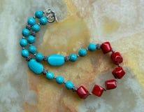 En handgjord halsband för gemstone som göras med turkos och korall arkivfoton