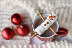 En handgjord marshmallowsnögubbe på en röd kopp med kakao Royaltyfri Fotografi