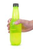 En handhåll en grön flaska Arkivbild