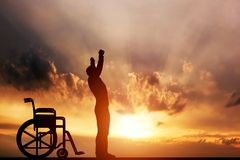 En handikappade personerman som är stående upp från rullstolen Fotografering för Bildbyråer